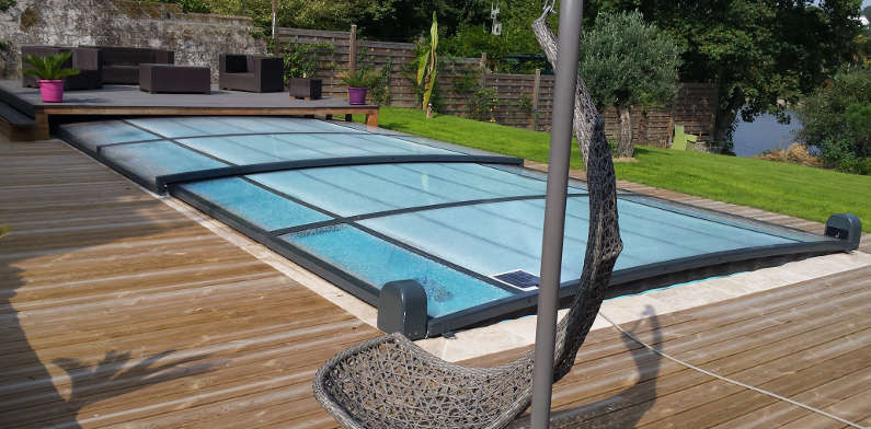 Abri extra plat vu sur m6 bonheur piscines for Construction piscine 56